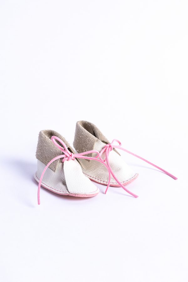 Baby shoes for girls in white leather and pink lace.